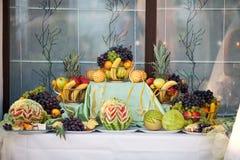 Hochzeitstabellendekoration mit Früchten Lizenzfreies Stockbild