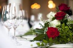 Hochzeitstabellendekoration stieg Lizenzfreie Stockfotografie