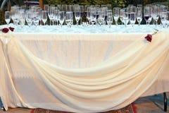 Hochzeitstafel draußen mit leeren Gläsern Stockfotos