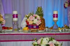 Hochzeitstafel mit Blumen stockbilder