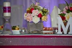 Hochzeitstafel mit Blumen Stockfoto