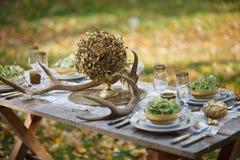 Hochzeitstafel mit Festlichkeiten Stockbild