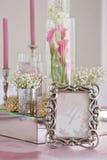 Hochzeitstafel mit Kerzen, Blumen und Zeichen nummerieren Lizenzfreies Stockfoto