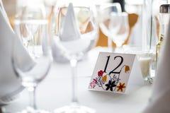 Hochzeitstafel mit Zahl stockfoto
