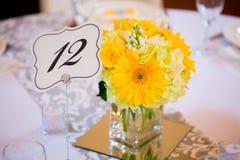 Hochzeitstafel-Mittelstücke mit Blumen Stockbild