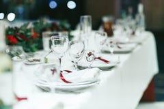 Hochzeitstafel stellte mit weißen Servietten und roten Bändern ein stockbild