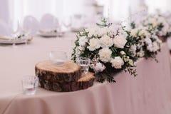 Hochzeitstafel verziert mit Blumenstrauß und Kerzen Lizenzfreies Stockfoto