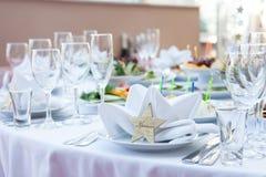 Hochzeitstafelanordnung an einem Restaurant Lizenzfreies Stockfoto