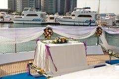Hochzeitstafelblumeneinstellungen in der Yacht Lizenzfreies Stockfoto