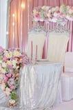 Hochzeitstafeldekoration mit Blumen und eklektischen Leuchtern Stockbilder