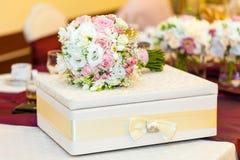 Hochzeitstafeldekoration mit Brautblumenstrauß Lizenzfreies Stockbild