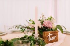Hochzeitstafeldekoration mit Kerze und Rosen in der rustikalen Art lizenzfreie stockfotos