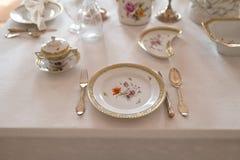 Hochzeitstafeldekoration mit teuren Retro- königlichen Majestätsporzellanservice-Platten und -tischbesteck in einem Palast lizenzfreie stockbilder