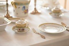 Hochzeitstafeldekoration mit teuren Retro- königlichen Majestätsporzellanservice-Platten und -tischbesteck in einem Palast lizenzfreies stockfoto