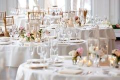Hochzeitstafeldekorations-Reihe - Tabellen eingestellt für das feine Speisen lizenzfreie stockfotos