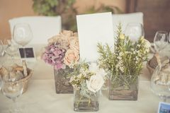 Hochzeitstafeleinstellung in der rustikalen Art stockbilder