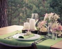 Hochzeitstafeleinstellung in der rustikalen Art Stockfotografie
