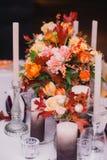 Hochzeitstafeleinstellung in der rustikalen Art Abschluss oben Lizenzfreies Stockbild