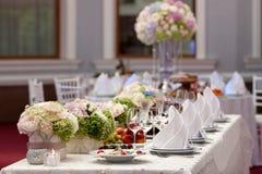 Hochzeitstafeleinstellung verziert im Restaurant Stockfotos