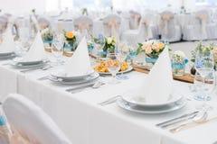 Hochzeitstafeleinstellungen mit Dekoration Stockbild