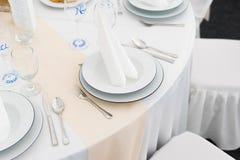 Hochzeitstafeleinstellungen mit Dekoration Stockfotos