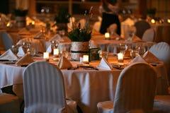 Hochzeitstafeln gegründet mit Lichtern Lizenzfreie Stockfotos