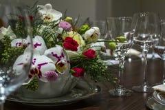 Hochzeitstafelverabredungen mit schönem Blumenhintergrund Romantisch, Valentinsgruß ` s Tag, Mutter ` s Tag Romantisches Abendess lizenzfreies stockbild