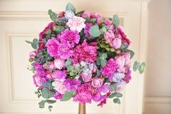 Hochzeitstafelzusammensetzung mit rosafarbenen Blumen lizenzfreie stockbilder