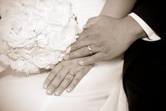 Hochzeitstag-Braut- und Bräutigamhände mit Ringen Stockfotos