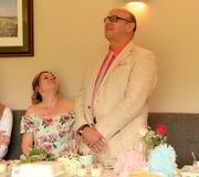 Hochzeitstag mit dem Ehemannsprechen lizenzfreies stockbild