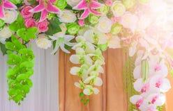 Hochzeitstorbogen mit Blumen vereinbarte im Hotel für ein Heiratscer Lizenzfreie Stockfotografie