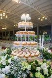 Hochzeitstorte durch kleine Kuchen für Feier Stockbild