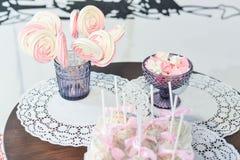 Hochzeitstorte für Gäste an einem Hochzeitsfest von den Beeren Lizenzfreies Stockfoto