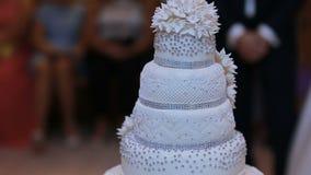 Hochzeitstorte ist zum Schnitt und zum Essen durch Paare in der Liebe bereit stock footage