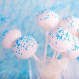 Hochzeitstorte knallt in weißem und weich im Blau Stockfotos