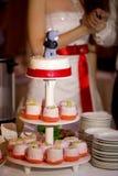 Hochzeitstorte mit Bären und rotem Band Lizenzfreie Stockbilder