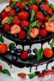 Hochzeitstorte mit Beeren in der Schokolade lizenzfreies stockfoto