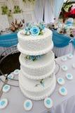 Hochzeitstorte mit Blaurose Stockbild