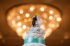 Hochzeitstorte mit bokeh lizenzfreie stockbilder
