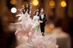 Hochzeitstorte mit Braut und Bräutigam Figurines Stockbilder