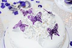 Hochzeitstorte mit butterflys stockfotos