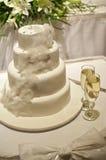 Hochzeitstorte mit Federn Stockbild