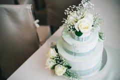 Hochzeitstorte mit gelbem beige rotem T?rkisblau der Blumen lizenzfreie stockfotografie
