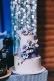 Hochzeitstorte mit gelbem beige rotem T?rkisblau der Blumen lizenzfreies stockbild