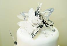 Hochzeitstorte mit Schmetterlingsdetail stockfotos