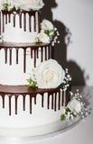 Hochzeitstorte mit Schokolade und Blumen Lizenzfreie Stockfotos