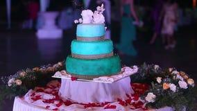 Hochzeitstorte steht auf einer Tabelle stock footage