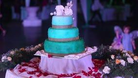 Hochzeitstorte steht auf einer Tabelle stock video