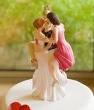 Hochzeitstorte Topper Depicting One Man mit einigen Frauen Stockbilder