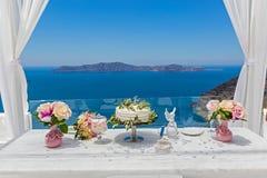 Hochzeitstorte und Blumensträuße von Blumen Lizenzfreie Stockbilder